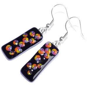 Lange zwarte oorbellen met gekleurde zuurstok confetti in roze, oranje, lila en geel! Oorbellen handgemaakt in eigen atelier.