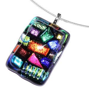 Prachtige gekleurde glashanger gemaakt van zwart glas met accenten in alle kleuren van de regenboog!
