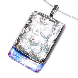 Speciale glashanger van zilverkleurig glas met onderaan een goud-oranje accent.
