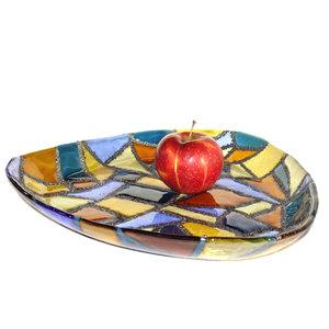 Grote driehoekige schaal van blauw, amber-geel en bruin gekleurd glas met zilver-grijze metallic lijnen. Uniek ontwerp.