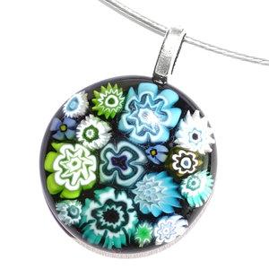 Zwarte glas hanger met turquoise, blauwe en groene millefiori bloemen in het glas!