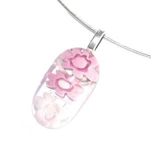 Kleine roze hanger met roze glazen bloemen van millefiori glas! Kettinghanger uit eigen atelier.