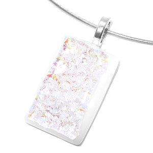 Witte glazen hanger met iriserende gloed in pastel roze-geel-groene tinten.