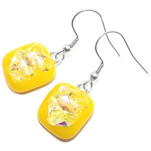 Gele oorbellen met een prachtig iriserend accent. Glasfusing uit eigen atelier.