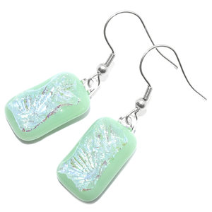 Mintgroene oorbellen met helder glas en een prachtige groen-blauwe gloed.