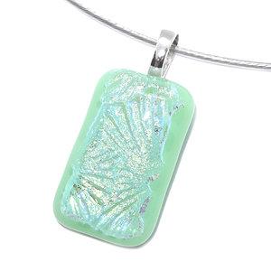 Ketting hanger van mintgroen glas met prachtig iriserend helder blauw-groen glas. Glasfusing uit eigen atelier.