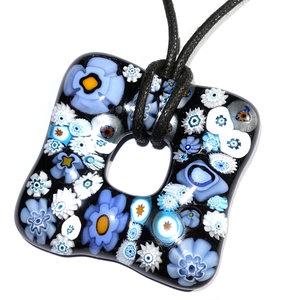 Handgemaakte glashanger van zwart glas met allerlei blauwe Murano bloemen.