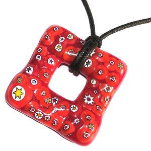 Rode glazen hanger voor aan een ketting. Handgemaakte glashanger met rode Murano Millefiori sterren.