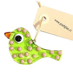 Helder groen vogeltje met roze bloemen. Glazen hanger om op te hangen in huis of in de tuin. Glasfusing uit eigen atelier!