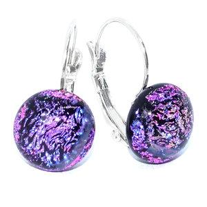 Korte oorbellen met klaphaken. Handgemaakte oorbellen van speciaal paars-roze glas in eigen atelier.