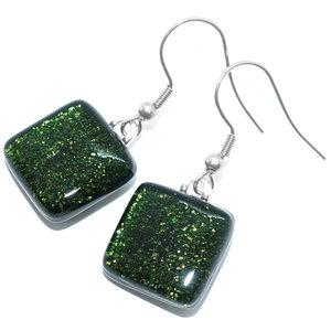 Groene glazen oorbellen van speciaal donkergroen glas met een subtiele glinstering