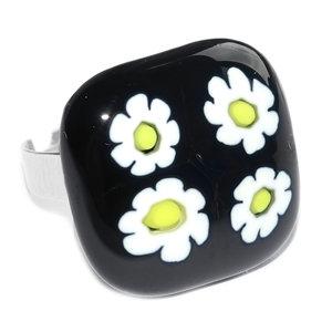 RVS edelstaal ring met glazen cabochon van zwart glas met wit-gele bloemen.