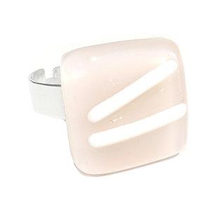 RVS edelstaal ring met glazen cabochon van beige/lichtroze glas met witte accenten.