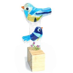 Blauwe glazen vogels in een houten standaard. Exclusieve glasfusing decoratie.
