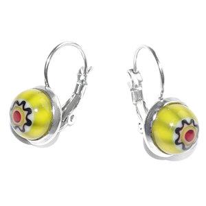 Oorbellen met gele millefiori bloemen. Dichte oorbellen met klaphaakjes.