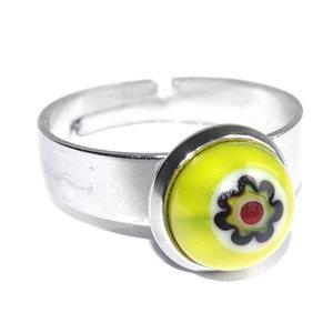 RVS edelstaal ring met glazen cabochon van een gele Millefiori bloem.