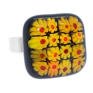 RVS edelstaal ring met glazen cabochon van zwart glas met geel-rode bloemen.