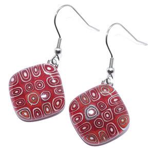 Handgemaakte oorbellen van rood met wit glas. Glazen sieraden uit eigen atelier!