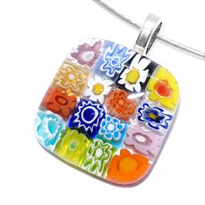 Glazen ketting hanger met glazen bloemetjes in alle kleuren van de regenboog! Afm. 2,9 x 2,1 cm.