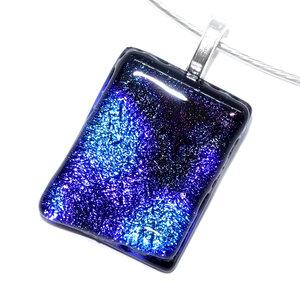Exclusieve glashanger met zwart-blauw dichroide glas. Glazen hanger voor aan een ketting!