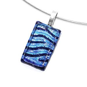 Klein blauw hangertje voor aan een ketting van speciaal blauw glas