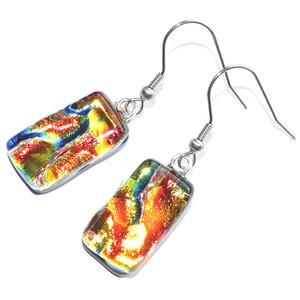Lange glazen oorbellen van speciaal glas in rood-oranje-gele-groene tinten.