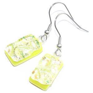 Lange gele oorbellen van prachtig iriserend glas. Glasfusing uit eigen atelier.