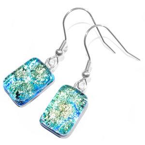 Groen-blauwe oorbellen van speciaal glas. Glasfusing uit eigen atelier.Gemaakt door middel van glasfusing!