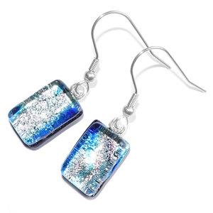 Unieke glazen oorbellen van zilvergrijs en blauw glas. Gemaakt van speciaal glas met een fraaie gloed.
