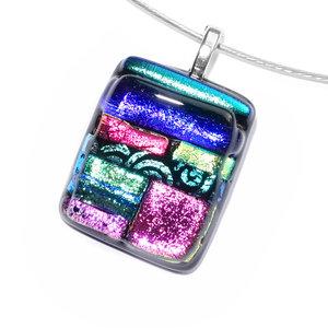 Exclusieve glashanger met blauw, groen en roze dichroide glas!