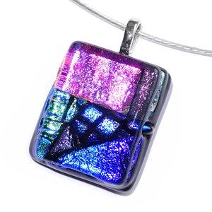 Glazen hanger van speciaal dichroide glas in blauw, groen en roze tinten. Handgemaakte hanger voor aan een ketting!