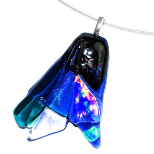 Glazen hanger van blauwe glassoorten en accenten van dichroide glas in oranje en groene kleuren.
