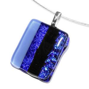 Glas hanger voor aan een ketting van 4 soorten blauw en zwart glas. Handgemaakte hanger voor aan een ketting!