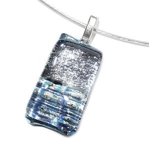 Zilveren hanger gemaakt van twee soorten speciaal zilverkleurig  glas.