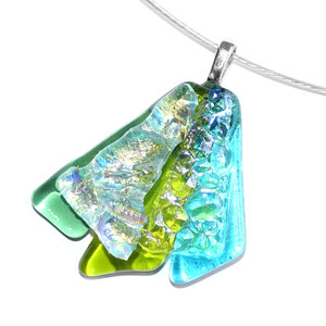 Groene glazen hanger handgemaakt van helder groen en turquoise glas met speciaal dichroide glas dat schittert in het licht.