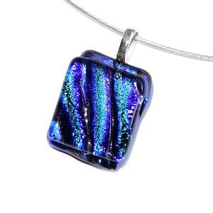 Luxe glashanger met zwart-blauw-groen dichroide glas. Glazen hanger voor aan een ketting!