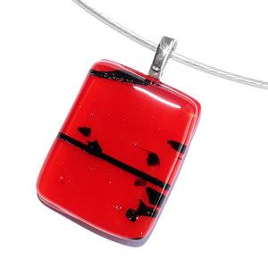 Rode glashanger met zwarte accenten voor aan een ketting. Glasfusing sieraad uit eigen atelier.