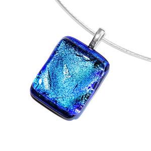 Luxe glashanger met blauw-groen dichroide glas. Glazen hanger voor aan een ketting!
