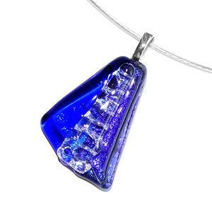 Luxe glashanger met blauwe soorten glas in waaiervorm.