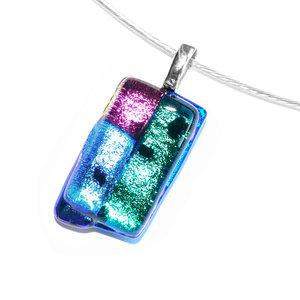 Kleine glashanger van groen, blauw en roze glas. Glazen hanger voor aan een ketting!