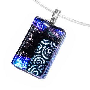 Glazen hanger van diverse soorten blauw glas met mooie motieven.