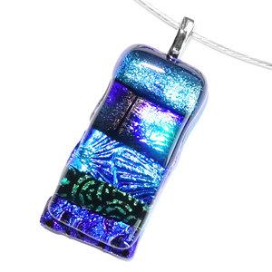 Grote glazen hanger van diverse soorten blauw glas in intense kleuren! Glazen hanger voor aan een ketting!