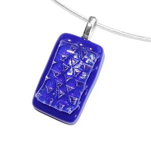Exclusieve glazen hanger van speciaal blauw glas. Glazen hanger voor aan een ketting!