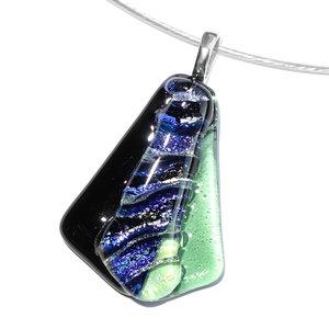 Uniek ontwerp! Glashanger met zwart, groen en blauw glas in waaiervorm.