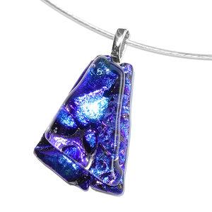 Handgemaakte glashanger met 2 soorten luxe blauw glas in waaiervorm.