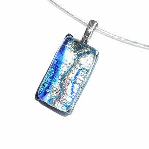 Kleine glazen hanger van zilver en blauw gekleurd glas. Unieke hanger voor aan een ketting!