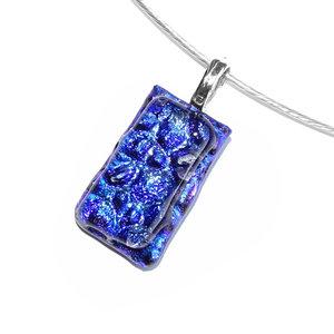 Kleine blauwe hanger van speciaal glas met een schitterende glans!