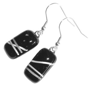 Oorbellen van zwart glas met witte accenten. Glasfusing oorhangers uit eigen atelier.