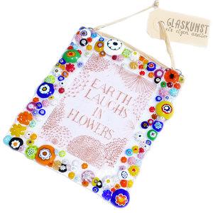 """Glazen bordje met tekst/quote """"Earth Laughs In Flowers"""" met een kleurrijke versiering van glazen millefiori bloem"""