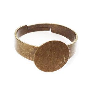 Bronskleurige verstelbare ring met plakvlak. Binnenmaat 17 mm. Plakvlak 10 mm.